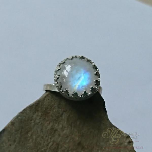pierścionek z kamieniem księżycowym