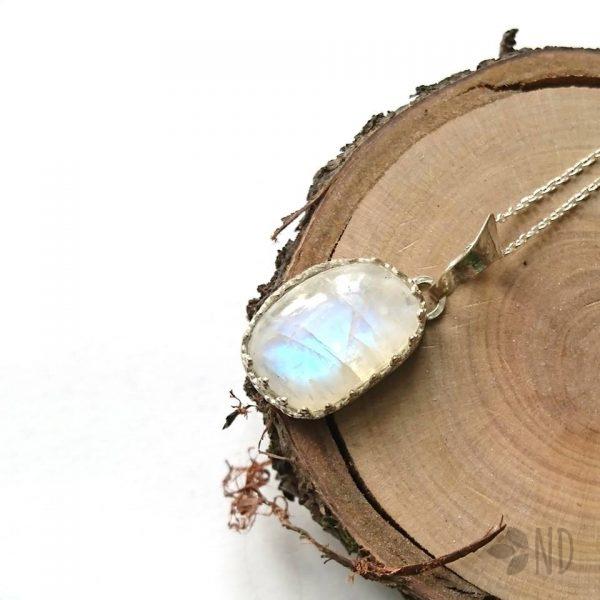 kamień księzycowy w koronce wisior biżuteria artystyczna