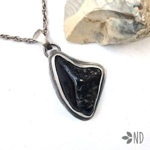 Czarny turmalin amulet przeciw negatywizmowi