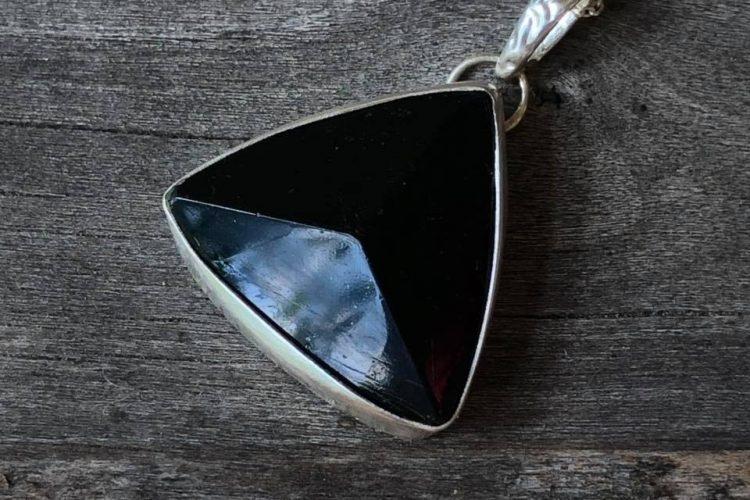 Czarny turmalin trójkąt wisior