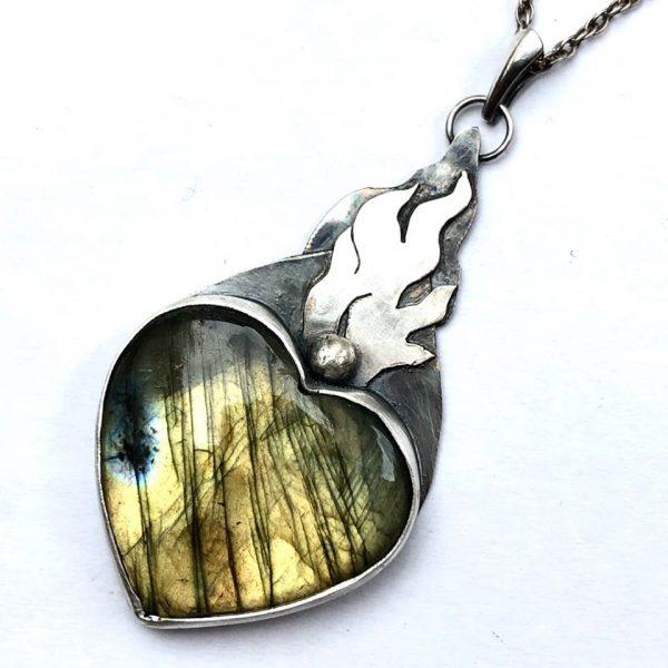 labradoryt złoty serce
