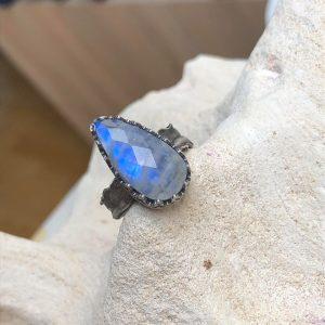 Kamień księżycowy pierścionek