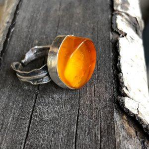 pierścionek z bursztynem