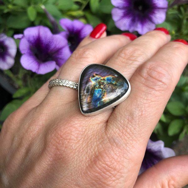 Labradoryt fioletowy pierścionek