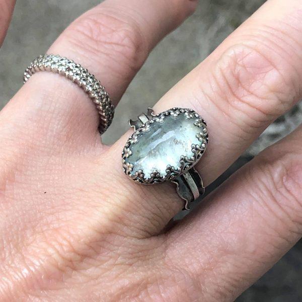 Akwamaryn w koronce pierścionek