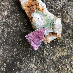 Surowy turmalin różowy pierścionek