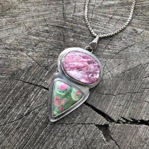 Surowy turmalin różowy i rubin w fuchsycie