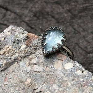 Akwamaryn błękitny pierścionek w koronce