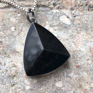 Czarny turmalin trójkąt