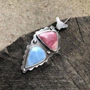 Opal błękitny i rodonit wisior