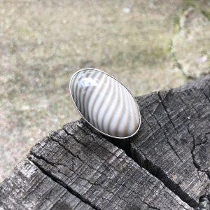 Krzemień pasiasty pierścionek